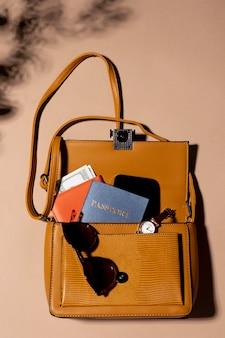 Close up zaino con passaporto