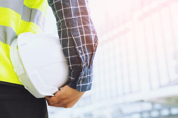 Крупным планом вид сзади инженерного мужчины-строителя