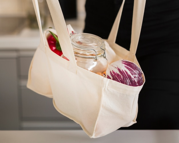 Borsa close-up con generi alimentari freschi
