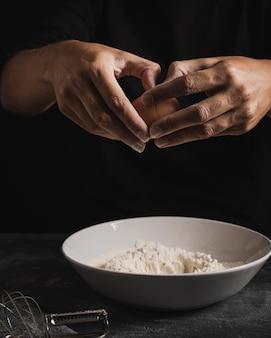 小麦粉と卵を混ぜてクローズアップパン屋手