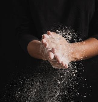 小麦粉でいっぱいのクローズアップパン屋手