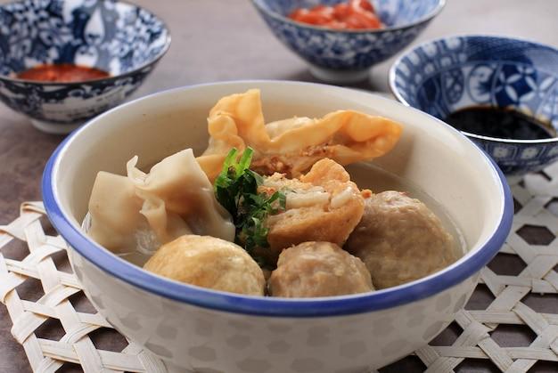 Close up баксо маланг - это фрикадельки. обычно это фрикадельки из маланга, восточная ява, индонезия. обычно подается с различными гарнирами, такими как бакван, баксо горенг, тофу