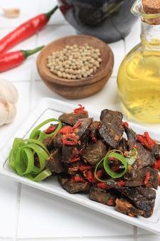 バラドパル、赤唐辛子でスパイシーに調理された牛肉の肺から作られた料理、西スマトラのミナンカバウ人の典型的なインドネシア料理をクローズアップ