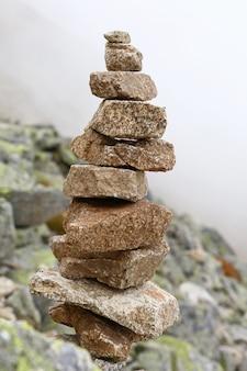 균형 잡힌 케른 또는 트롤 돌로 덮인 피라미드, 낮은 각도 측면보기를 닫습니다.