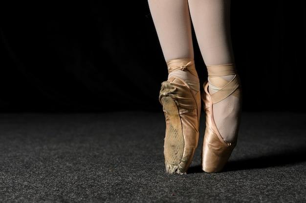 Primo piano dei piedi della ballerina con le scarpe da punta