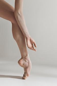 흰색 바닥에 근접 발레리 나의 다리