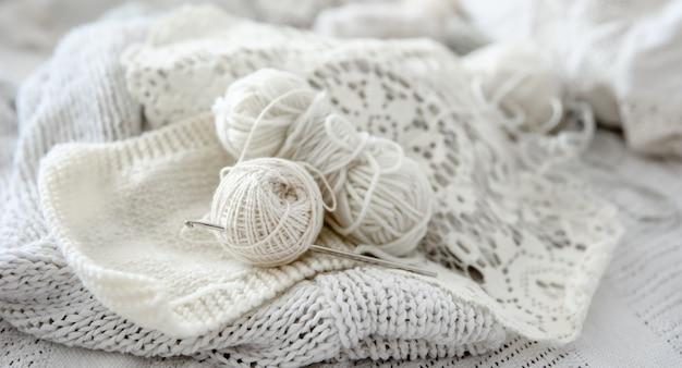 Close-up di gomitoli di lana per maglieria in colori pastello.