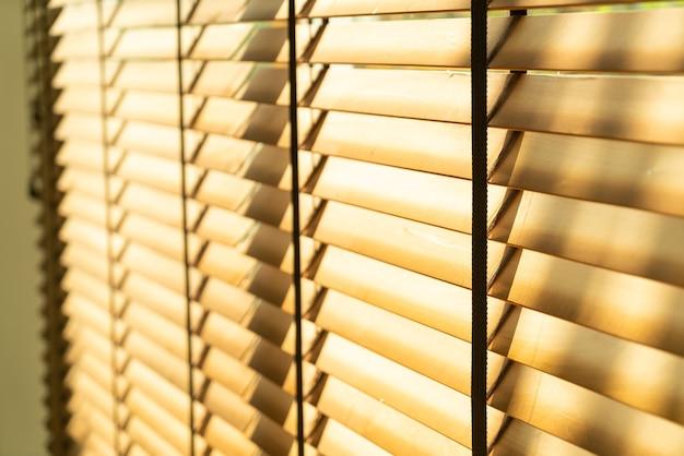 Бамбуковая штора крупным планом, бамбуковая штора, цыпленок, жалюзи или солнцезащитные шторы - точка мягкой фокусировки