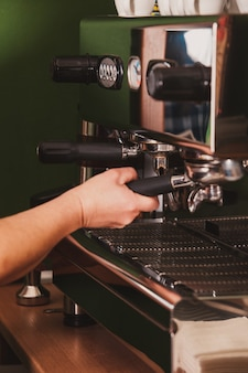 Крупный план измельчения кофе бариста для ароматного эспрессо