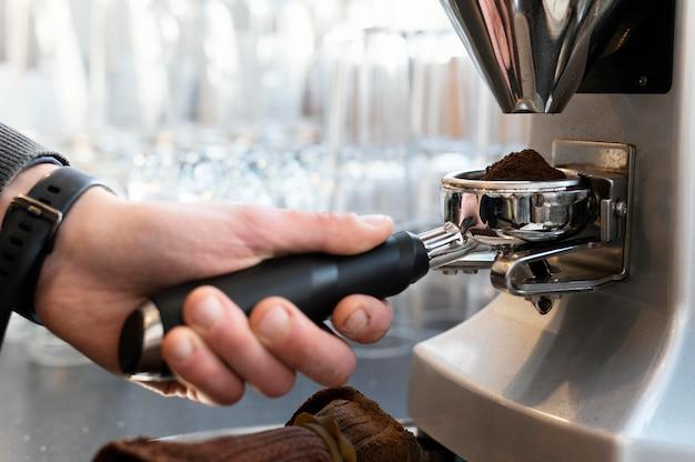 コーヒーを準備するバリスタをクローズアップ
