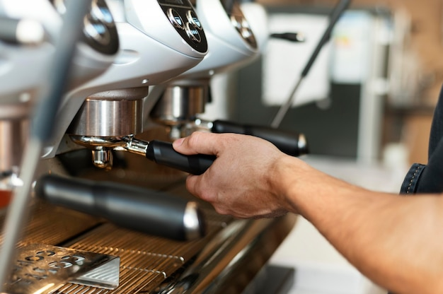 Крупным планом бариста с помощью кофемашины