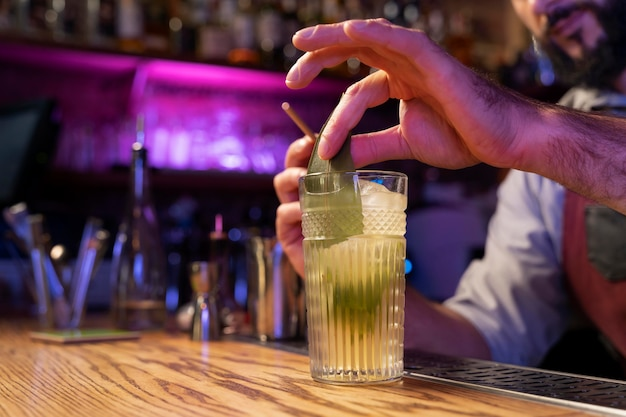 Primo piano su barista e cocktail shaker