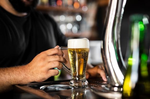 Primo piano sul barista che crea un drink delizioso?