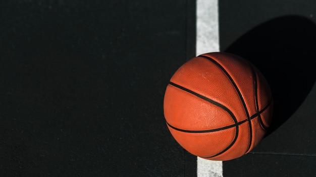 Chiuda in su di pallacanestro sulla corte