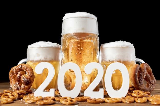 Крупный план баварского пива и закусок на столе