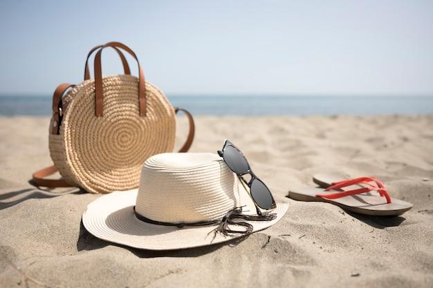 Закройте пляжные аксессуары на берегу моря