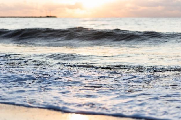 Крупным планом пляжные волны на открытом воздухе