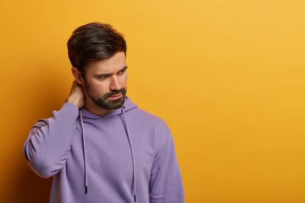 Primo piano sul giovane barbuto isolato