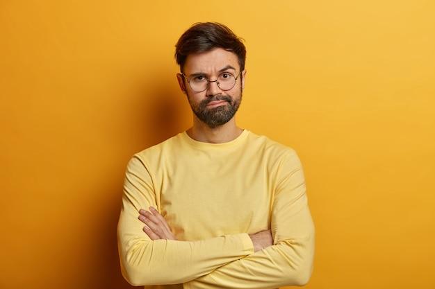 Primo piano sul giovane barbuto con gli occhiali isolati