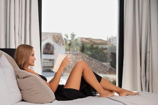 Primo piano su una bella donna in una lussuosa casa di viaggio?