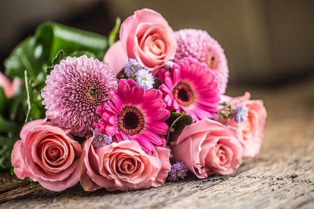 Крупным планом красивый букет цветов на деревянном столе.