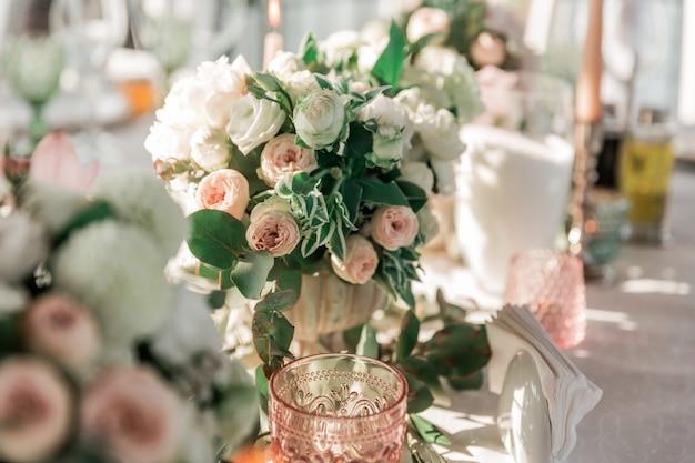 結婚式のテーブルの休日や伝統の美しい花束を閉じる