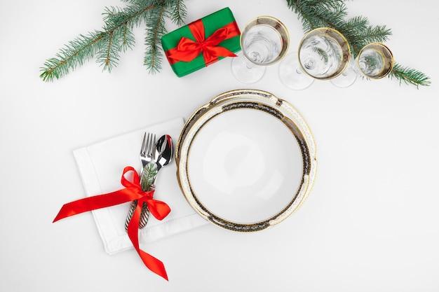 装飾が施された美しいクリスマステーブルの設定をクローズアップ