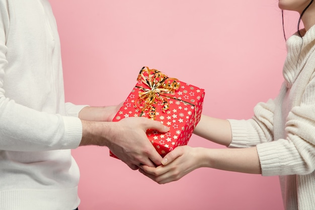 핑크 스튜디오 벽에 사랑에 아름다운 커플을 닫습니다