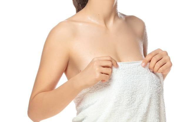 白い背景で隔離の美しい女性モデルを閉じます。美容、化粧品、スパ、脱毛、ダイエットとトリートメント、フィットネスのコンセプト。手入れの行き届いた肌で、フィット感とスポーティーで官能的なボディ。