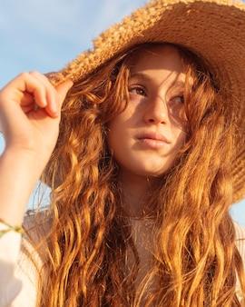 帽子をかぶってクローズアップの美しい少女