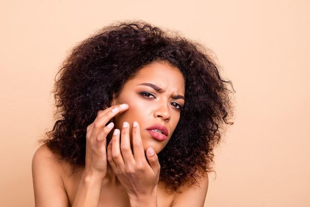 美しいモデルの女性の腕の頬骨のひどい顔の状態をクローズアップ