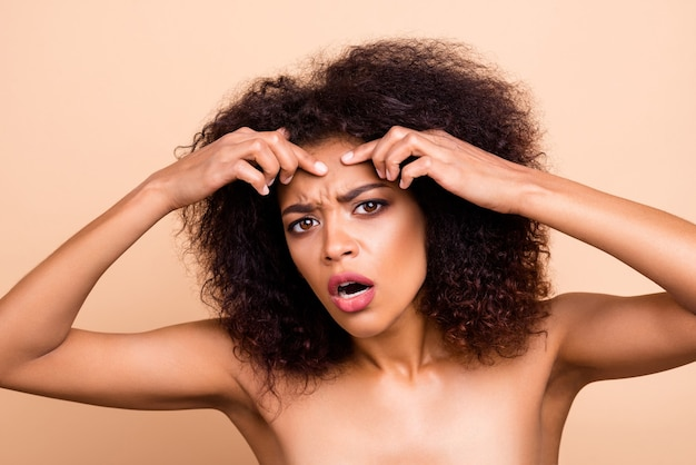 아름다운 모델 레이디 팔 이마 끔찍한 상태 주름을 닫습니다