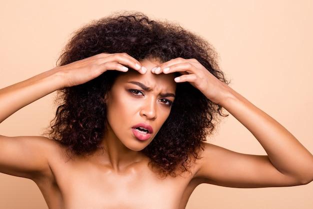 Крупным планом красивая модель леди плачет руки лоб