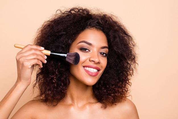 닫기 아름다운 모델 만들기 maquillage 사용 전문 브러시