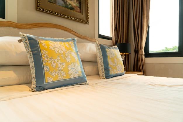 Крупным планом красивые украшения подушки на кровати в спальне