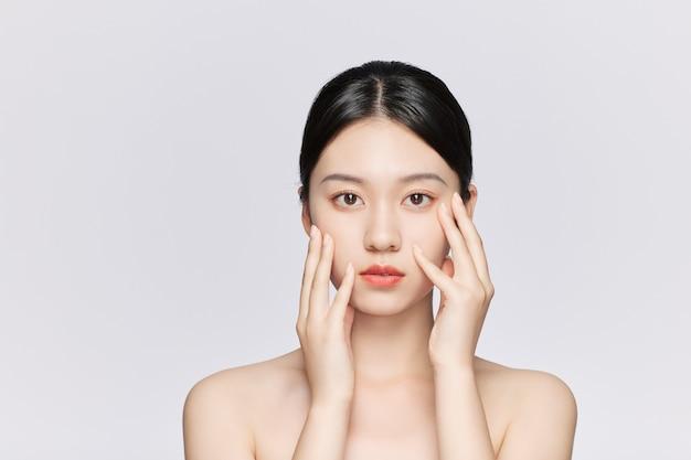 닫기 최대 아름 다운 웃는 젊은 아시아 여자 절연. 하얀 피부