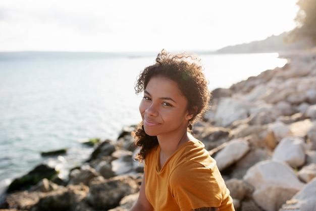 海辺で美しい女性をクローズアップ