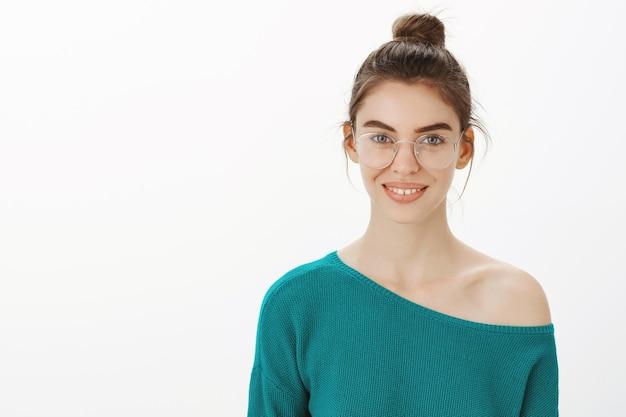 Primo piano di bella donna in bicchieri con un bel sorriso