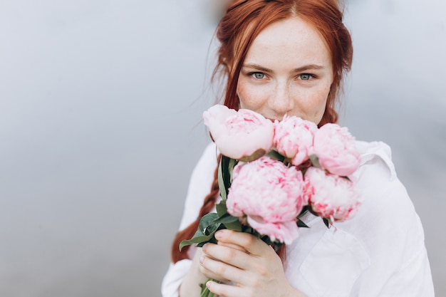おさげ髪の美しい女性の肖像画の自然な顔のそばかすライフスタイルガールを閉じる