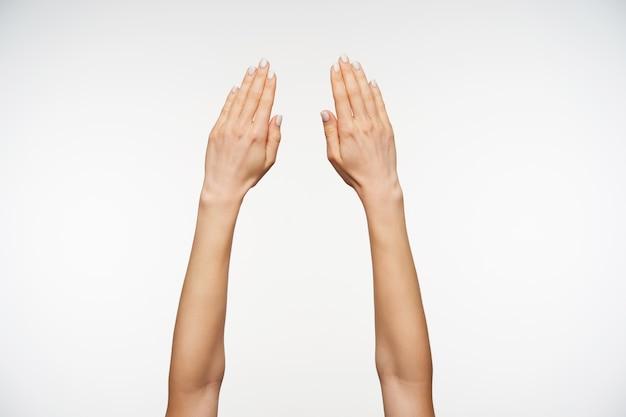 Chiuda in sulla mano della bella donna con il manicure che tiene insieme le dita