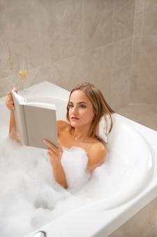 Primo piano su una bella donna che fa il bagno