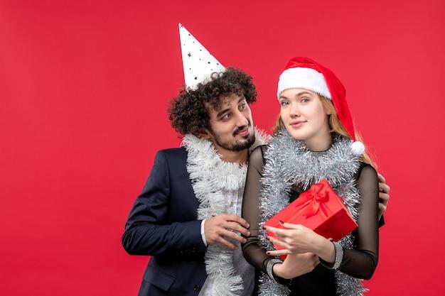 Primo piano su una giovane e bella coppia che indossa cappelli di babbo natale isolati