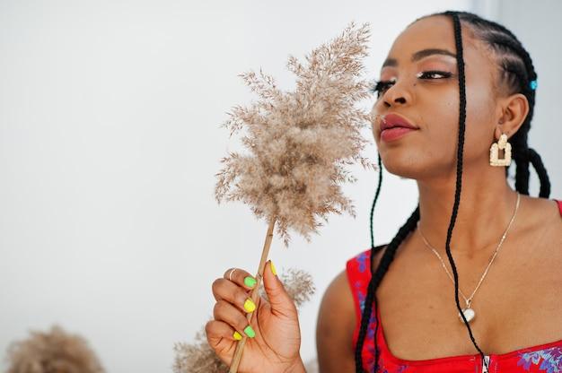 屋内でポーズをとるアメリカ人モデルのファッションブラジル人女性の美しさをクローズアップします。