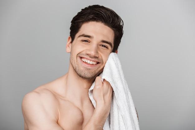 若い男の笑みを浮かべて半分裸の美しさの肖像画を間近します。
