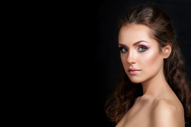 여러 가지 빛깔의 스모키 눈 메이크업 포즈와 젊은 예쁜 갈색 머리 모델의 아름다움 초상화를 닫습니다. 현대 패션 메이크업.