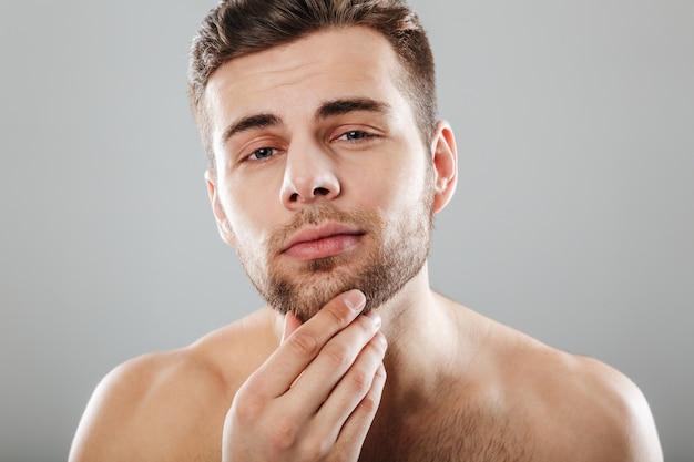 Chiuda sul ritratto di bellezza di un giovane uomo barbuto