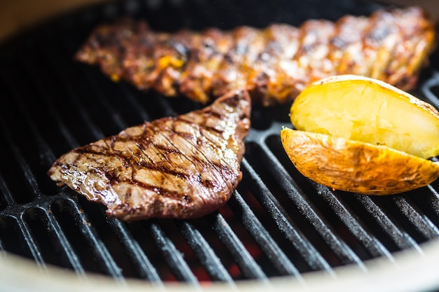 근접 쇠고기 측면 스테이크 그릴에 요리입니다.
