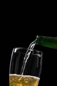 クローズアップのビール瓶とグラス
