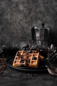 Крупным планом бельгийские вафли с черникой