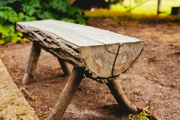 Close-up di un banco fatto di tronchi in giardino